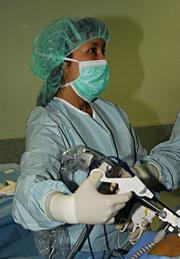 La doctora Oshiro durante una operación.