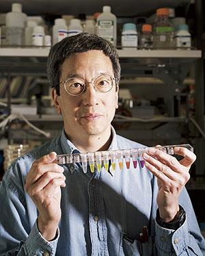 El científico Roger Tsien sujeta unos viales de GFP en el Instituto Médico Howard Hughes. (Foto: Reuters)