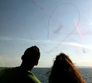 Una pareja observa una exhibición aérea (Foto: AP | Thanassis Stavrakis)