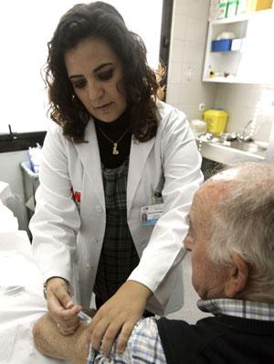 Un hombre recibe la vacuna contra la gripe. (Foto: EFE)