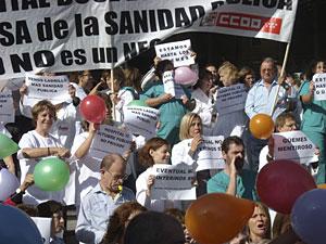 Representantes sindicales de la sanidad madrileña protestan a la entrada del hospital Doce de Octubre. (Foto: EFE)