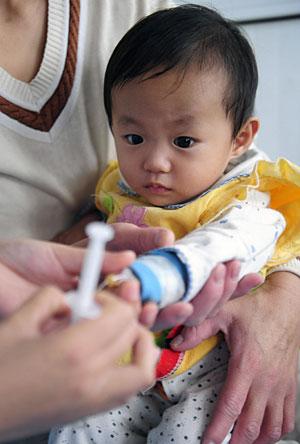 Un niño chino es atendido en un hospital en Hefei. (Foto: Stringer | Reuters)