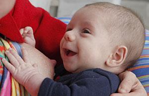 Una mujer da el pecho a su hijo (Foto: Michael Sawyer   AP)