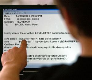 Un chico ante una pantalla de ordenador, infectada por un virus. (Foto: Reuters)