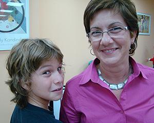 Juan, de 11 años, y su madre Rosa Saura, en la sede de Dislexia Sin Barreras de Alcorcón (Madrid)