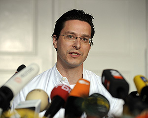 El hematólogo Gero Huetter durante la rueda de prensa (Foto: AFP | Michael Kappeler)