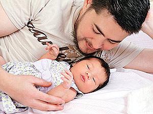 Thomas Beatie, con su hija Susan, posando para la revista 'People'.