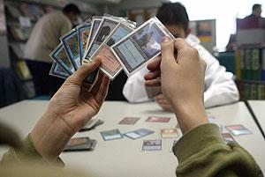 Un joven disputa una partida de Magic, un juego de cartas. (Foto: Kike Para)