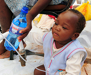 Un bebé recibe tratamiento para el cólera en Sudáfrica (Foto: EFE)