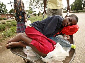 Un enfermo de cólera descansa en una carretilla de camino al hospital en Zimbabue. (Foto: EFE   Aaron Ufumeli)
