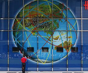 Un hombre observa una gran pantalla en Singapur (Foto: Reuters | Vivek Prakash)