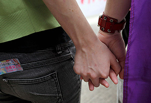Dos lesbianas se dan la mano en Hong Kong (Foto: EFE | Ym Yik)