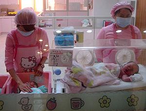 Enfermeras atienden a varios recién nacidos (Foto: Reuters | Christine Lu)