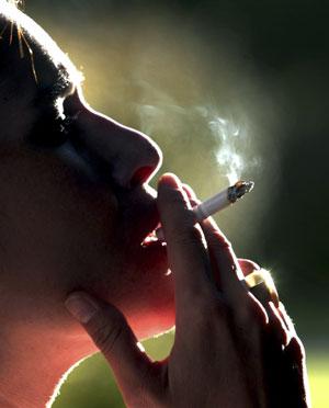 Una mujer fuma en Chile. (Foto: Reuters)