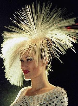 Una modelo muestra un peinado con extensiones. (Foto: Dimitar Dilkoff | REUTER)