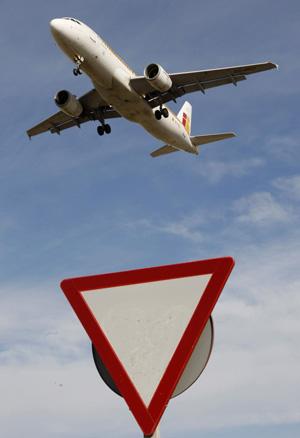 Un avión de Iberia se prepara aterrizar en Barcelona (Foto Albert Gea | Reuters)