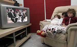 Niños viendo un programa de televisión. (Foto: Esther Lobato)