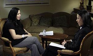 Nadya Suleman (izq.) en un momento de la entrevista. (Foto: AP   NBC)