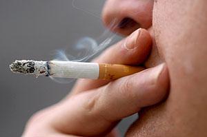 Un hombre fuma un cigarrillo. (Foto: EFE)