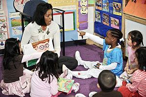 Michelle Obama lee un cuento en un centro para personas sin seguro médico. (Foto: AFP)