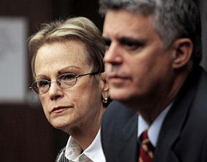 Elaine Hess (izqda.) y su abogado Alex Alvarez en un momento del juicio. (Foto: Lou Toman | AP)