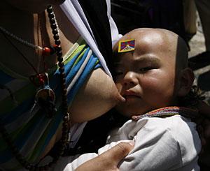 Una mujer tibetana amamanta a su hijo. (Foto: Desmond Boylan | Reuters)