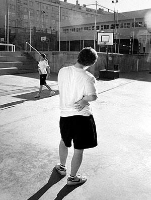 El 40% de los jóvenes afirma tener dolor lumbar. (Foto: SINC)