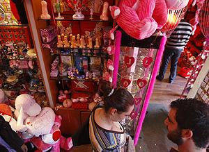 Jóvenes libaneses en una tienda de productos eróticos (Foto: Joseph Barrak | AFP)