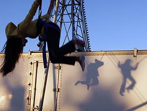 Una niña juega en los columpios en EEUU (Foto: Jessica Rinaldi   Reuters)