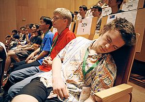 Un joven dormido en un aula (Foto: Sergio González)