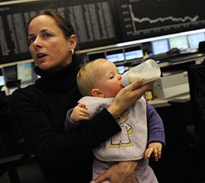 Una madre dando el biberón a su hijo. (Foto: Kai Pfaffenbach | Reuters)
