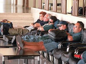 Pasajeros dormidos en el aeropuerto de Barajas (Foto: Javi Martinez)