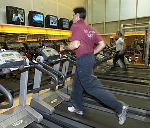Un hombre corre en la cinta en un gimnasio. (Foto: Bernabe Cordó)