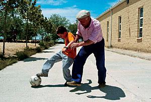 Abuelo y nieto jugando al fútbol. (Foto: Carlos espeso)