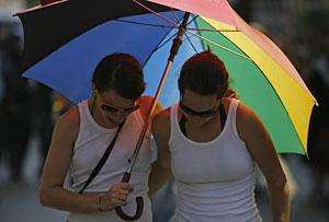 Dos chicas pasean durante la celebración del Orgullo Gay en Israel. (Foto: Eliana Aponte | Reuters)