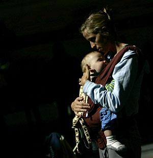 Una madre abraza a su hijo. (Foto: Carlos Barria | Reuters)