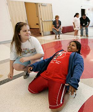 Dos niñas estadounidenses hacen ejercicio. (Foto: AP)