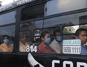 Viajeros con máscaras en un autobús de México. (Foto: Reuters | Felipe León)