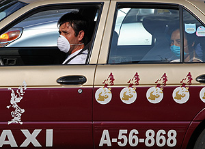 Un taxista y su pasajera en la capital mexicana (Foto: AP | Enric Marti)