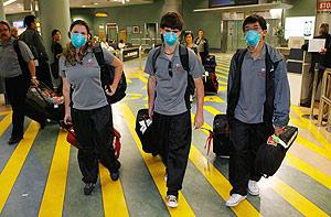 Tres jóvenes en un aeropuerto de Nueva Zelanda. (Foto: AP)