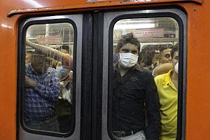 Varias personas se protegen en el metro de México DF (Foto: AP)