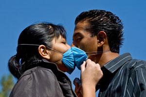 Una pareja se besa en la ciudad de México. (Foto: AFP)