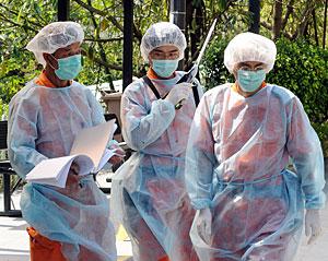 Miembros del servicio civil en un pueblo cercano a Hong Kong. (Foto: AFP | Mike Clarke)