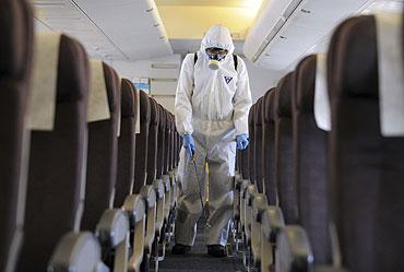 Un oficial limpia la moqueta de un avión. (Foto: Reuters)