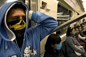 Varios pasajeros se protegen en el metro de México. (Foto: Reuters)