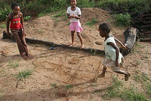 Varias niñas juegan a las afueras de Mbabane. (Foto: AP)