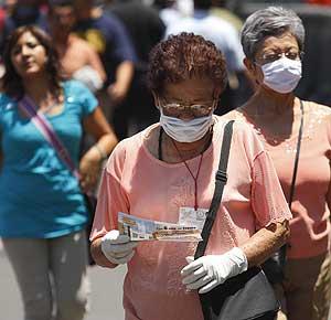 Varias personas caminan por una calle en Ciudad de México. | Efe