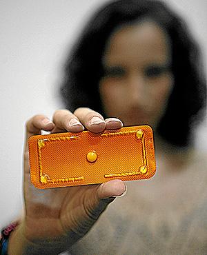 Una joven muestra la píldora del día después (Foto: Antonio Martínez)