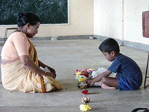 Terapia de exposición narrativa en una escuela de Sri Lanka. (Foto: Claudia Catani)