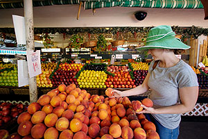 Una joven compra fruta en un mercado de California. (Foto: AP)